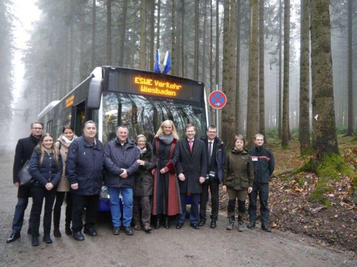 Freuen sich, dass der Bestattungswald nun auch mit dem Bus erreichbar ist. ESWE Verkehr Geschäftsführer Jörg Gerhard, Verkehrsdezernentin Sigrid Möricke und Grünflächendezernent Dr. Oliver Franz (Foto: ESWE Verkehrsgesellschaft mbH)