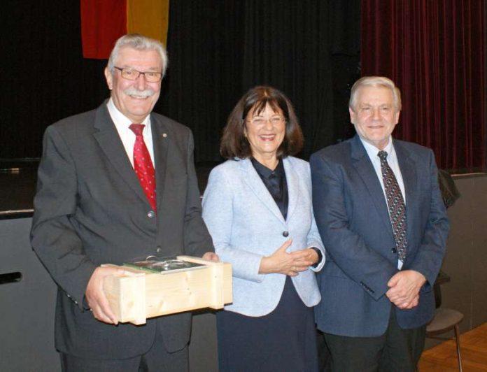 Landrätin Theresia Riedmaier (Mitte) würdigte Klaus Stalter (links) und Gerhard Fleck (rechts) bei der Sitzung des Kreistages in Annweiler. (Kreisverwaltung)
