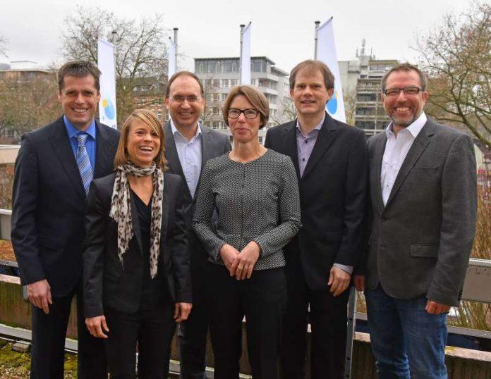 Besiegelten den Kooperationsvertrag über den geplanten Energie- und Bewegungspark (v.l.): Gerhard Biber (adViva), Franziska Fleck (Stadtwerke Heidelberg), Michael Teigeler (Stadtwerke Heidelberg), Karin Happes (adViva), Falk Günther (Stadtwerke Heidelberg) und Klaus Happes (adViva) (Foto: Stadtwerke Heidelberg GmbH)