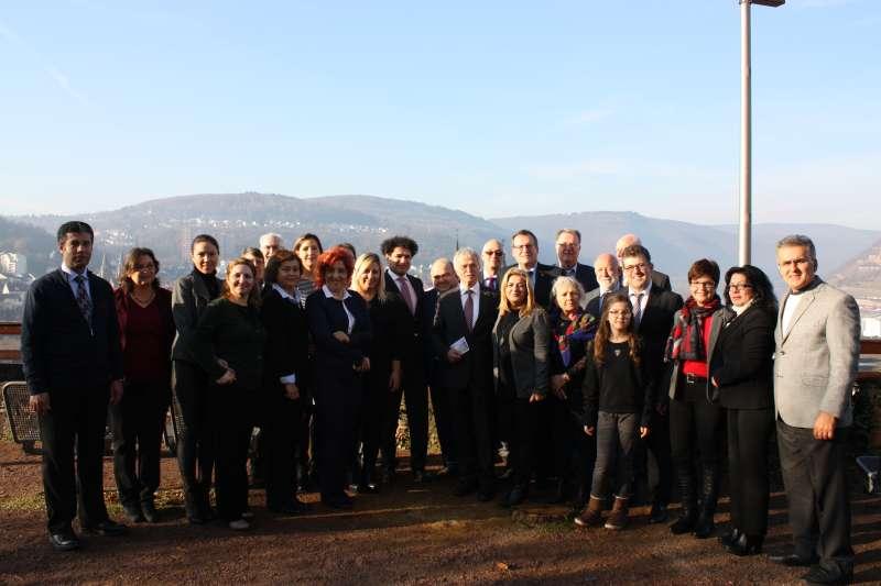 Die Anamurer Delegation zusammen mit der Stadtspitze, dem stellvertr. Türkischen Generalkonsul, Vertretern des Freundeskreises sowie den Vertretern des Fraktionen im Innenhof von Burg Klopp  (Foto: Tourist-Info Bingen)
