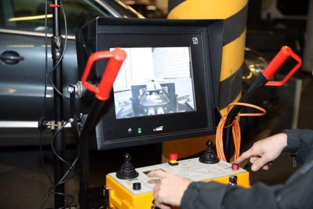 Bedienung des Fernlenkmanipulators per Joystick mit Livemonitor (Foto: Stephan Dinges)