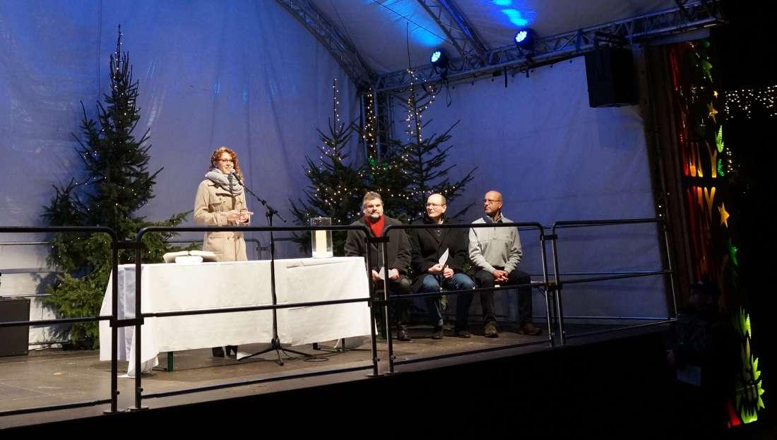 Die Pfälzische Weinkönigin Anastacia Kronauer bei der offiziellen Weihnachtmarkteröffnung (Foto: Holger Knecht)