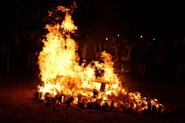 Ein Feuer zum Aufwärmen (Foto: Holger Knecht)
