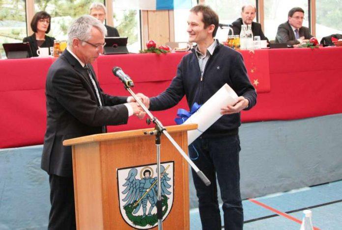 Landrat Stefan Dallinger verabschiedete in der Kreistagssitzung in der Schindwaldhalle in Sinsheim-Steinsfurt Kreisrat Hermann Katzenstein (Foto: Landratsamt Rhein-Neckar-Kreis)