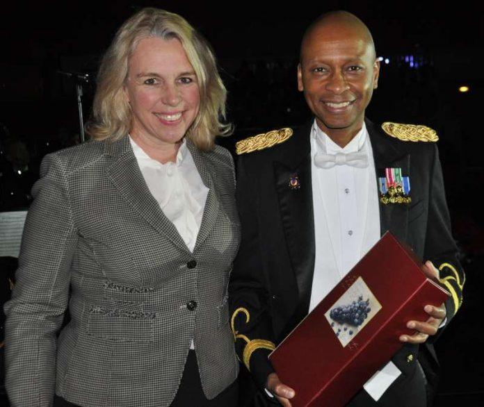 Oberbürgermeisterin Dr. Heike Kaster-Meurer überreichte ein Geschenk an Major Dwayne Milburn (Foto: Stadt Bad Kreuznach)