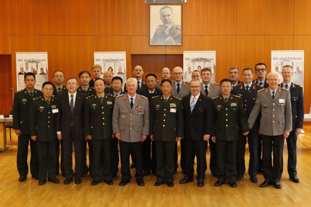 Die Teilnehmer des Sicherheitspolitischen Seminars beim obligatorischen Gruppenfoto. (Foto: Zentrum Innere Führung/Schönbrodt)