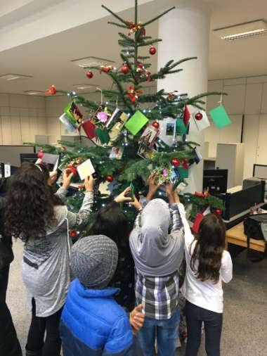 Der Kinderwunschbaum ist dieses Jahr mit mehr als 100 Karten geschmückt. (Foto: Stadtverwaltung Neustadt)
