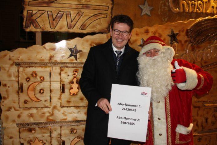 """Dr. Alexander Pischon, KVV-Geschäftsführer, mit dem """"fliegenden Weihnachtsmann"""" (Foto: KVV)"""