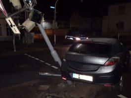 Der PKW schleuderte in eine Ampelanlage (Foto: Polizei)
