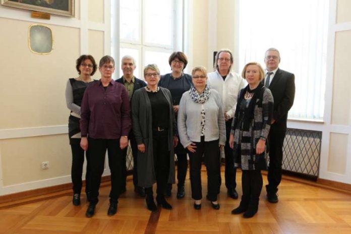 Oberbürgermeisterin Cornelia Petzold-Schick ehrte acht Mitarbeiterinnen und Mitarbeiter für ihre 40-jährige Tätigkeit im Öffentlichen Dienst (Foto: Stadt Bruchsal)
