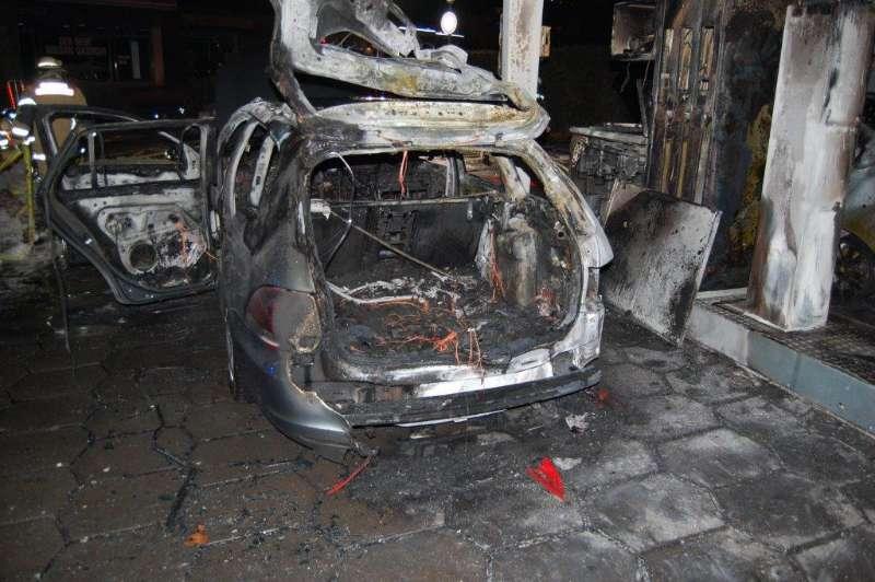 Zwei PKW brannten auf einem Tankstellengelände (Foto: Polizei)