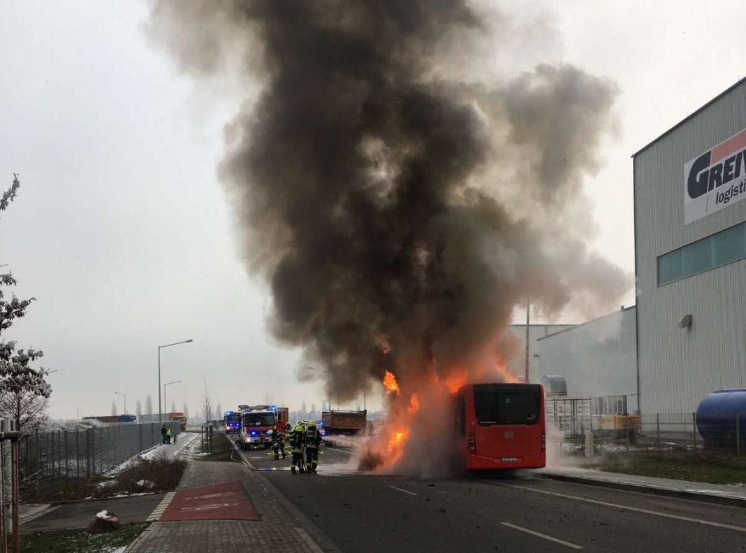 Bus in Vollbrand (Foto: Polizei)