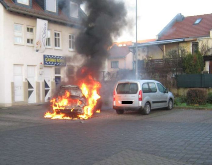 Ein PKW geriet auf einem Parkplatz auf Grund eines technischen Defektes in Brand (Foto: Polizei)