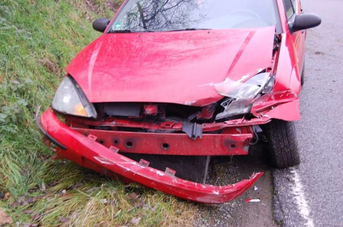 Im Frontbereich wurde das Fahrzeug stark beschädigt. (Foto: Polizei)