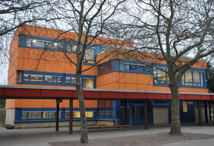 Die Gebäudeteile der Konrad-Adenauer-Realschule plus erstrahlen in verschiedenen, kräftigen Farben. So soll das bunte Logo der Schule symbolisiert werden. (Foto: Stadt Landau in der Pfalz)