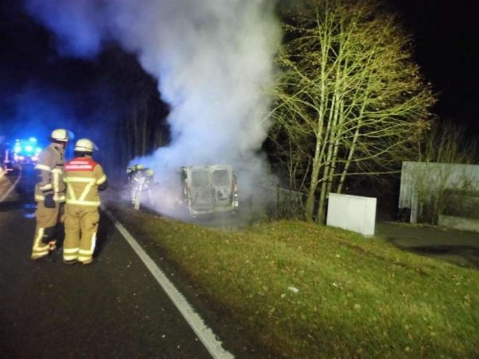 Das Fahrzeug brannte aus (Foto: Polizei)