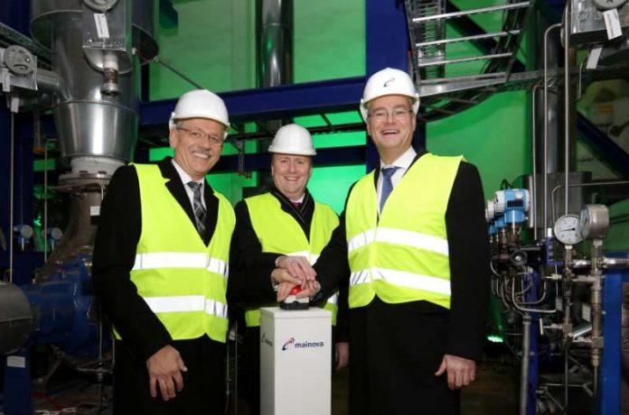 Der Frankfurter Bürgermeister Uwe Becker (Mitte) mit den Mainova-Vorständen Dr. Constantin H. Alsheimer (rechts) und Norbert Breidenbach. (Foto: Mainova AG)