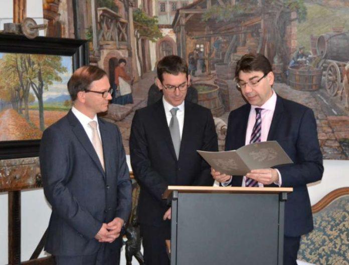 Oberbürgermeister Thomas Hirsch (r.) überreichte Prof. Dr. Zuschlag (l.) gemeinsam mit dem Sohn des Stiftungsgründers, Christian Feldbausch, den mit 5.000 Euro dotierten Preis und gratulierte ihm zu seiner Auszeichnung.(Foto: Stadt Landau in der Pfalz)