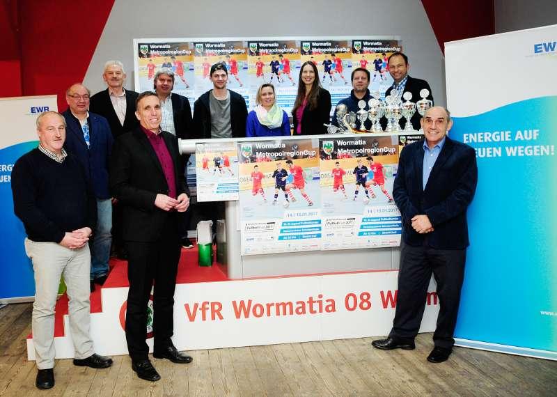 hinten v.l.n.r.: Gert Vogt (Stadtverwaltung Worms, Leiter Sportförderung), Jürgen Veth (1.Vizepräsident Südwestdeutscher Fußballverband), Ronny Zimmermann (Präsident Badischer Fußballverband), Benedikt Gimber (SV Sandhausen 1916 e.V.), Stephanie Wirth (Geschäftsführerin Sportregion Rhein-Neckar e.V.), Henriette Zimmer (Regionalleiterin EWR), Tim Brauer (VfR Wormatia 08 Worms e.V.), Markus Beer (Moderator) vorne v.l.n.r.: Volker Janson(Ortsvorsteher Worms-Horchheim), Uwe Franz (Beigeordneter Stadt Worms), Gerhard Schäfer (Vorstand Sportregion Rhein-Neckar e.V.) (Foto: Sportregion Rhein-Neckar e.V.)