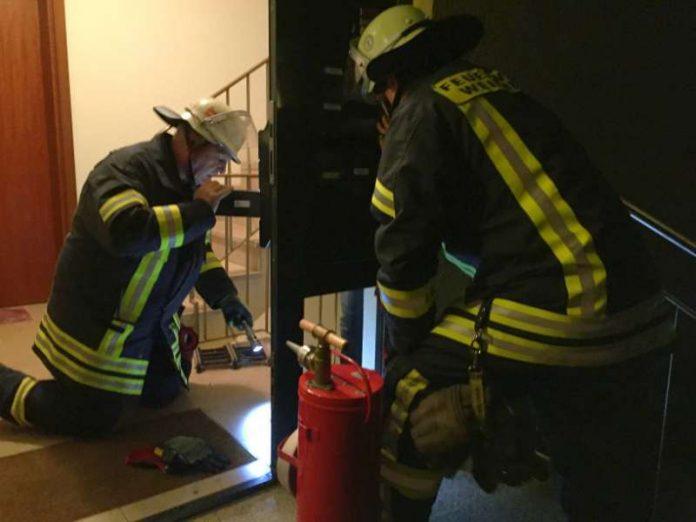 Einsatzleiter Rolf Tilger bei der Kontrolle eine in Brand geraten Briefkasten im Multring. (Foto: Ralf Mittelbach)