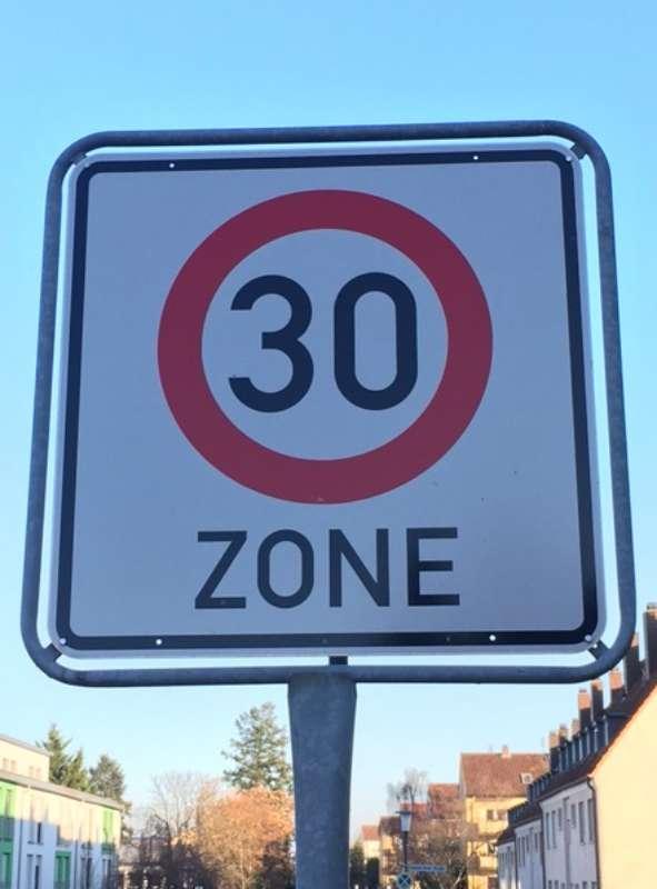 Die jüngste Novelle der Straßenverkehrsordnung sieht vor, dass Länder und Kommunen künftig leichter Tempo 30 an Schulen, Kindergärten und Altenheimen einführen können. (Foto: Stadt Landau in der Pfalz)