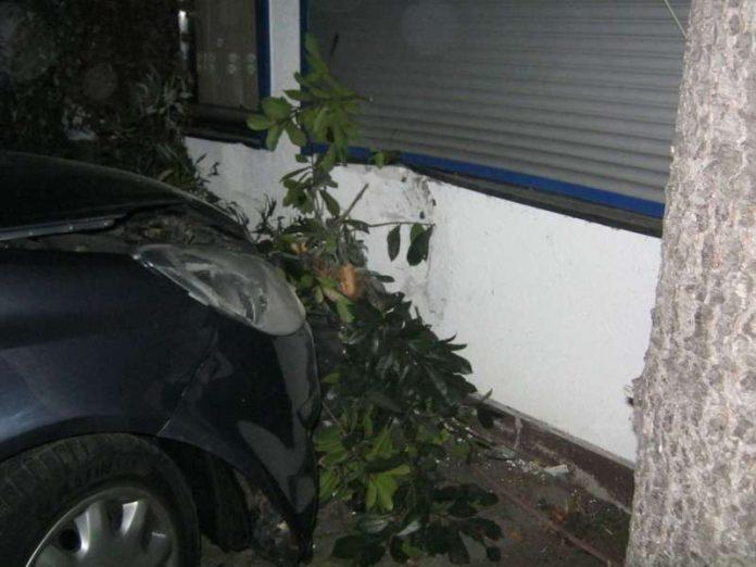 Das Auto krachte in eine Hauswand (Foto: Polizei)