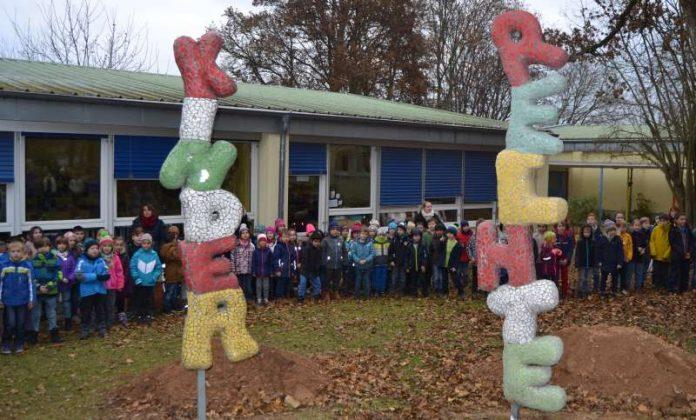Die Schülerinnen und Schüler gestalteten gemeinsam mit der Landauer Künstlerin Susanne Tepel eine Kinderrechtesäule. (Foto: Stadt Landau in der Pfalz)