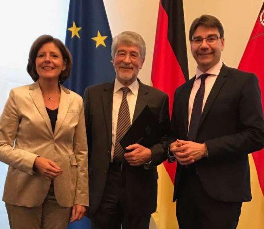 Ministerpräsidentin Malu Dreyer mit Prof. Dr. Ulrich Sarcinelli (Mitte) und Oberbürgermeister Thomas Hirsch bei der Verleihung des Verdienstordens des Landes Rheinland-Pfalz. (Foto: Stadt Landau in der Pfalz)