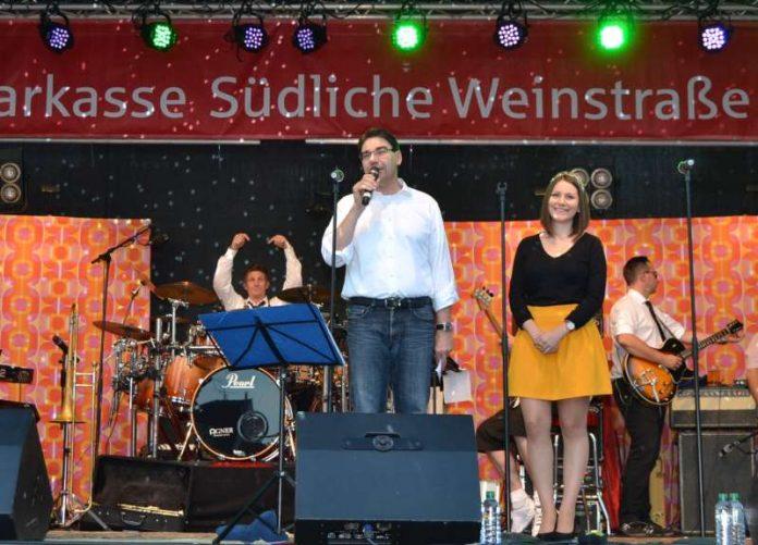 Zu den Aufgaben des BfT gehört die Organisation von Veranstaltungen wie dem Landauer Sommer – hier Oberbürgermeister Thomas Hirsch und die damalige Landauer Weinprinzessin Rosa Rummel bei der Eröffnung 2016. (Foto: Stadt Landau in der Pfalz)