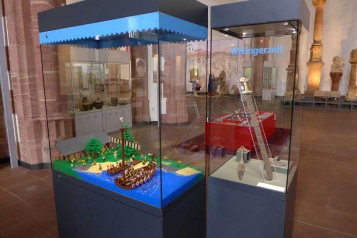 Blick in die Ausstellung 'LEGO Zeitreise' im Archäologischen Museum (Foto: Archäologisches Museum Frankfurt)