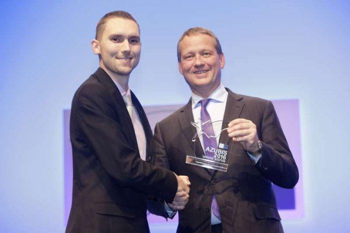 Präsident Eric Schweitzer überreichte Manuel Müller in Berlin die Auszeichnung zum bundesweit besten Azubi 2016 im Beruf Fahrradmonteur. (Foto: DIHK)