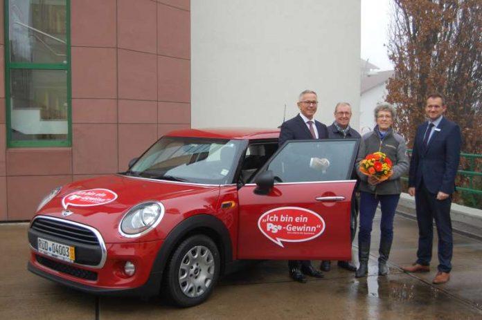 Direktor Andreas Ott freut sich, gemeinsam mit Kundenberater Frank Kleiber, dem Ehepaar Bömicke einen schicken, roten MINI zu übergeben. (Foto: Sparkasse Rhein-Haardt)