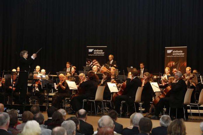 Champagner in musikalischer Form bietet das SAP-Sinfonieorchester beim Neujahrskonzert (Foto: Helmut Pfeifer)