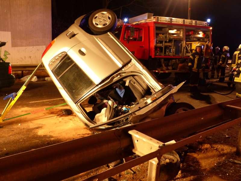Die Hyundaifahrerin wurde mit lebensbedrohlichen Verletzungen aus ihrem Fahrzeug gerettet (Foto: Feuerwehr)