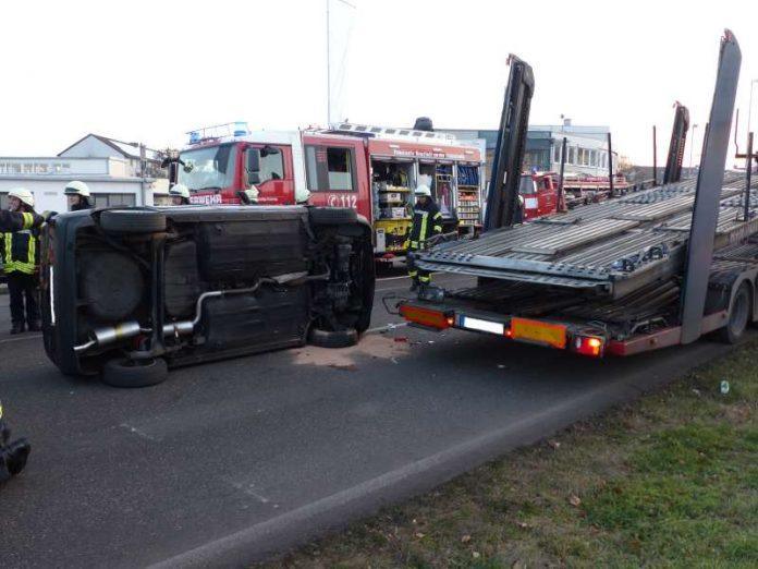 Der umgekippte PKW (Foto: Feuerwehr Neustadt)