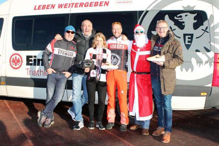 Bernd Stenger (Stenger Bike), Peter Fischer (Präsident Eintracht Frankfurt e.V.), Alisa Berger, (1000. Mitglied), Georg Heckens (Abteilungsleiter Triathlon), Nikolaus, Jost Wiebelhaus (Inhaber Frankfurter Laufshop) (Foto: Ulrich Scherbaum)