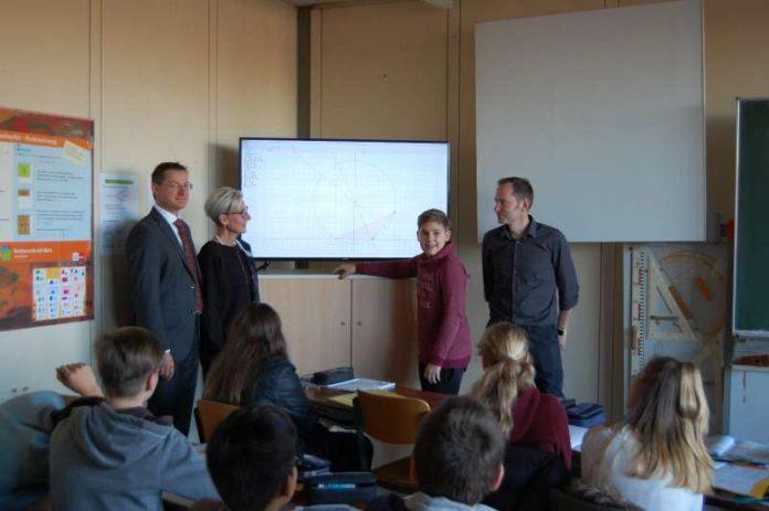 ürgen Hisgen (Leiter Unternehmenssteuerung Sparkasse Rhein-Haardt), Schulleiterin Eva Hammann, Amon Tedesco, Lehrer Michael Lehnert (Foto: Sparkasse Rhein-Haardt)
