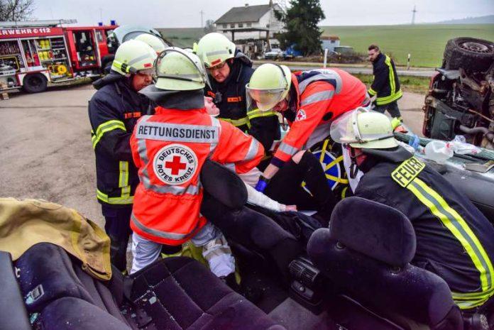 Rettungskräfte im Einsatz bei VU (Foto: DRK-Rettungsdienst Rheinhessen-Nahe)