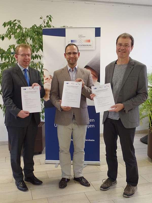 v.l.: Bürgermeister Matthias Baaß/ Alexander Schwarz (Wirtschaftsförderung) und Robert Ahrnt (Amt für Stadtentwicklung und Umweltplanung) (Foto: Stadtverwaltung Viernheim)