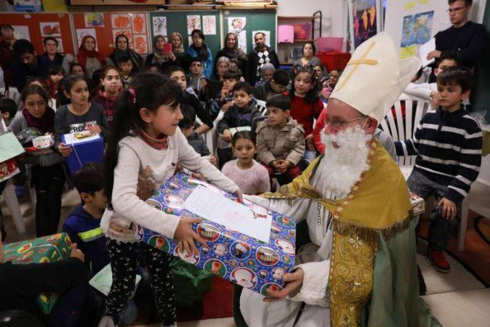 Die erste Übergabe der Weihnachtsgeschenke, die SCHOTT Mitarbeiter für Flüchtlingskinder zur Verfügung gestellt haben (Foto: SCHOTT)