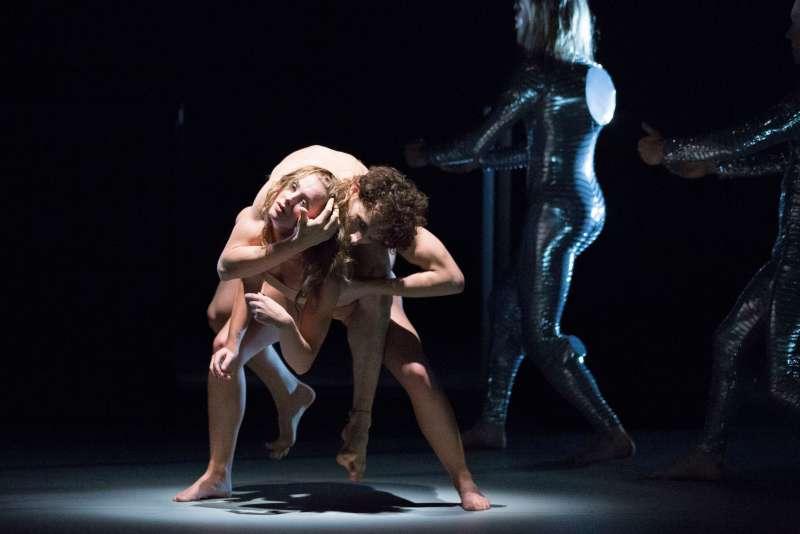 """Demi-Carlin Aarts und Endre Schumicky in """"Silver"""" (Foto: Philipp Zinniker)"""