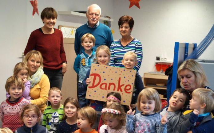Die Kinder erhielten Sachspenden der Wanderfreunde im Wert von 6000 Euro (Foto: Stadt Speyer)