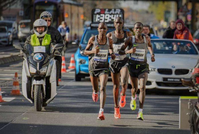Spitzengruppe Männer (Foto: Mainova Frankfurt Marathon)