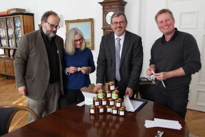 v.l.: Harald und Doris Hoffmann, Oberbürgermeister Hansjörg Eger und Grünplaner Steffen Schwendy (Foto: Stadt Speyer)