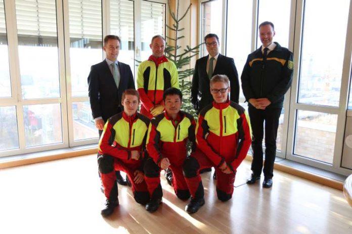 Minister Hauk bekam am heutigen Donnerstag einen Christbaum von Forstwirt-Auszubildenden überreicht. (Foto: MLR)