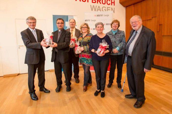 Dr. Georg Müller übergibt die Weihnachtsspende von MVV Energie an (v.li.n.re.):Stadtdekan Karl Jung, Peter W. Ragge, Pfarrerin Ilka Sobottke, Petra Heitzmann, Doris Gützlaff und Dr. Joachim Belz (Foto: MVV Energie)
