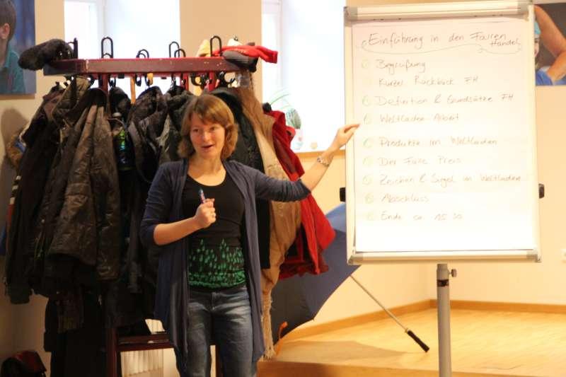 Cristina Pflaum vom Verein Weltläden in Hessen informierte sachkundig über die Grundsätze des Fairen Handels und der Weltladen-Arbeit. (Foto: Umstädter Weltladen)