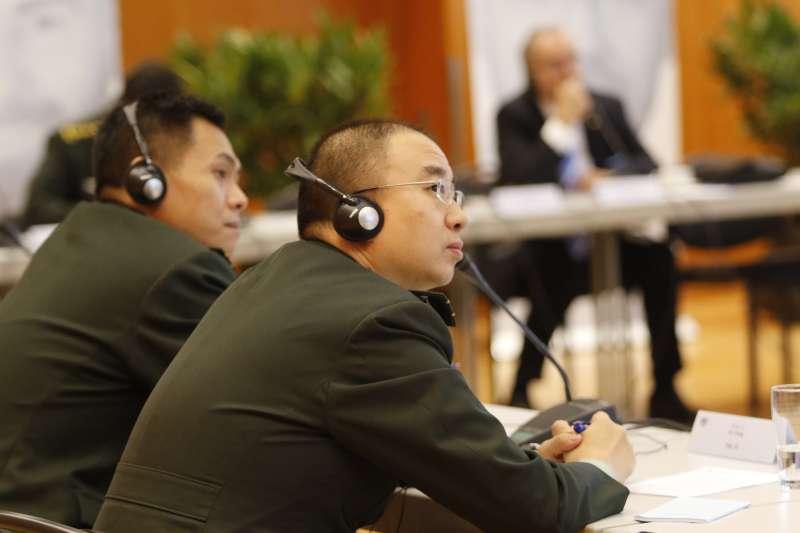 Aufmerksam folgt dieser chinesische Seminarteilnehmer den Ausführungen rund um die Innere Führung. (Foto: Zentrum Innere Führung/Schönbrodt)