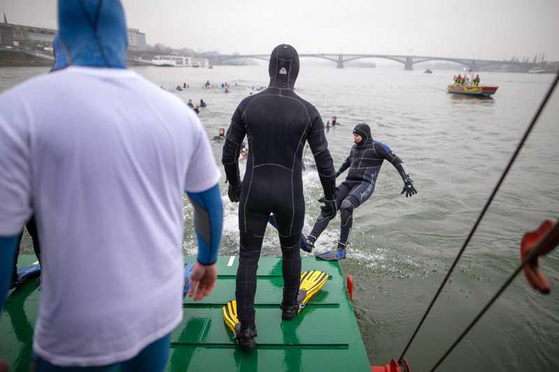 Schwimmen für einen guten Zweck. Die Tauchergruppe der Feuerwehr Mainz