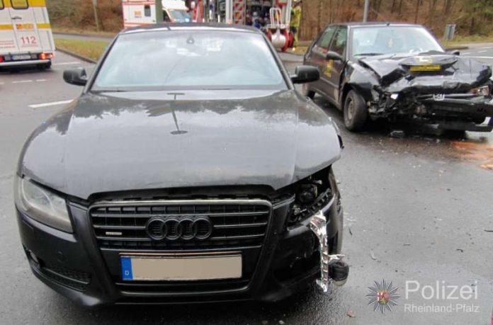An dem Audi brach bei der Kollision die Vorderachse und der Motorblock wurde beschädigt - vermutlich wirtschaftlicher Totalschaden. (Foto: Polizei)